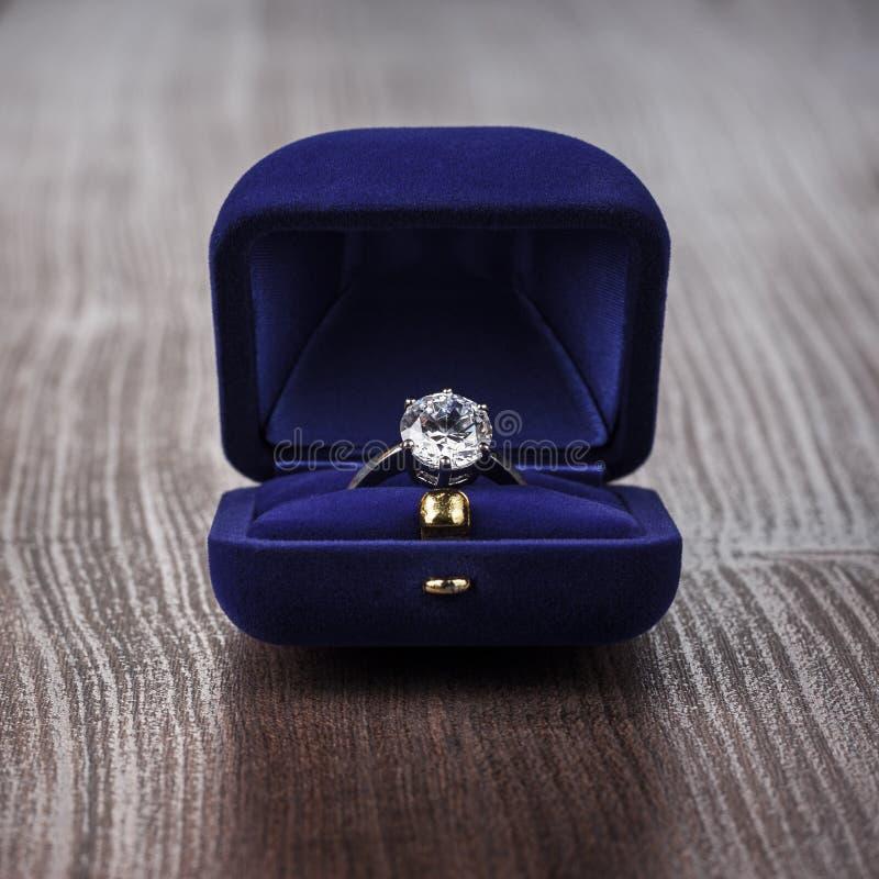 Кольцо в коробке на таблице стоковые изображения
