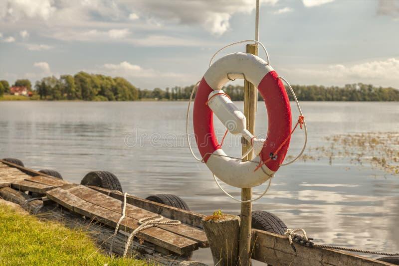 Кольцо жизни озером стоковое фото