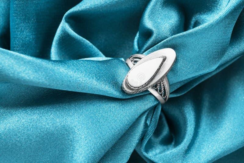 Кольцо на сатинировке стоковое фото