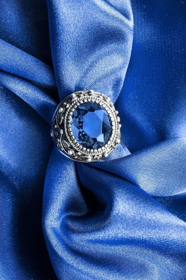 Кольцо на сатинировке стоковое изображение rf