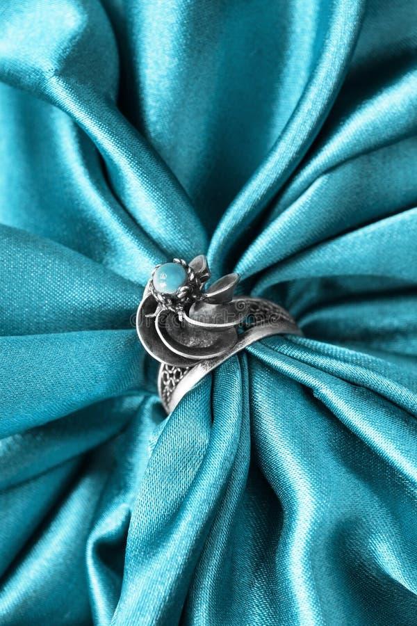 Кольцо на сатинировке стоковая фотография rf