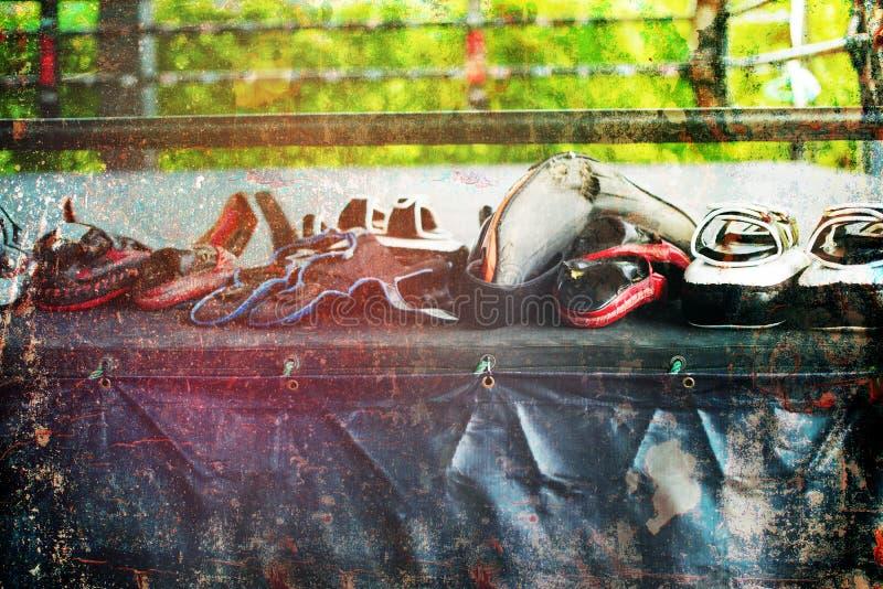 Кольцо перчатки пусковой площадки пунша тренировки перчатки бокса строки тайское стоковое фото rf