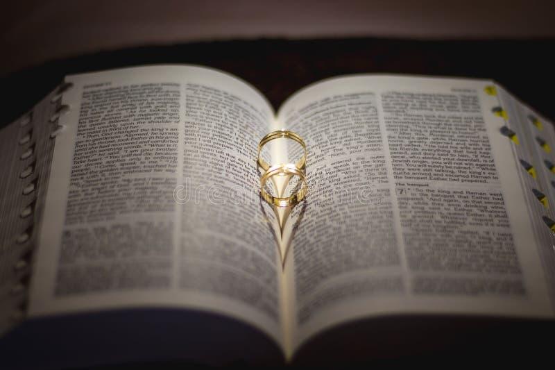 Кольцо снятое на библии стоковые фото