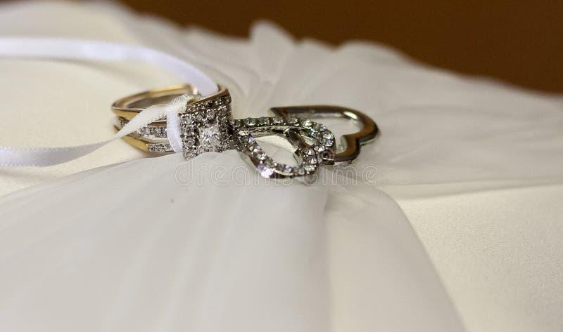 Кольцо с бриллиантом и сердца свадьбы на подушке стоковое фото rf