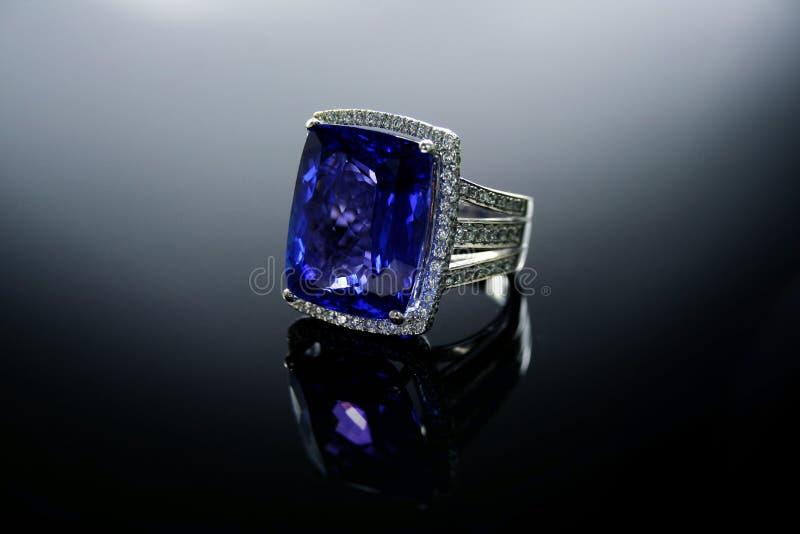 Кольцо с бриллиантом Tanzanite РАБОЧЕЙ ГРУППЫ 18 Ct стоковое изображение rf