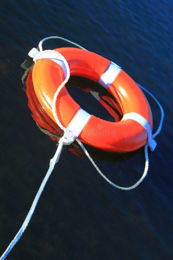 Кольцо Lifebuoy на воде стоковые фотографии rf