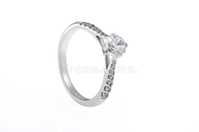 Кольцо Silve Engagementr с кристаллами Swarovski на белом Backgrou стоковое изображение rf