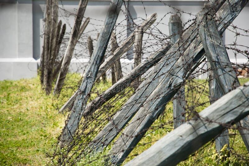 Колючая проволока в лагере concentation, Nis, Сербии стоковое изображение rf