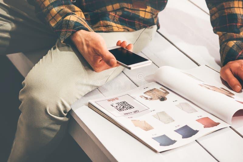 Код qr скеннирования покупок человека с smartphone стоковое фото rf
