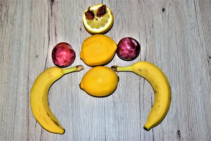 Краб сделанный из плодоовощ Бананы, лимоны, сливы и 2 семени стоковое изображение