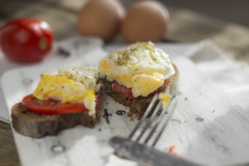 Краденное яйцо на тосте sourdough, с зажаренными томатами, грибами и листьями салата Здоровые, очень вкусные завтрак или завтрак- стоковые фотографии rf