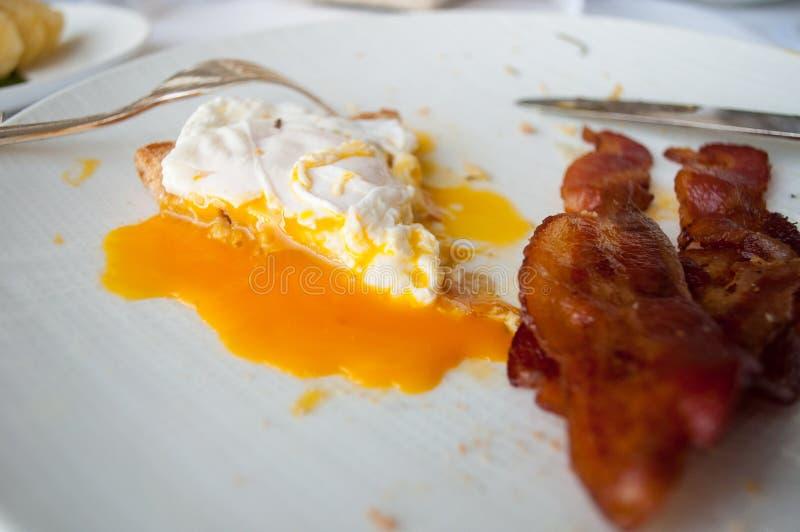 Краденное яйцо с хлебом и беконом стоковое изображение