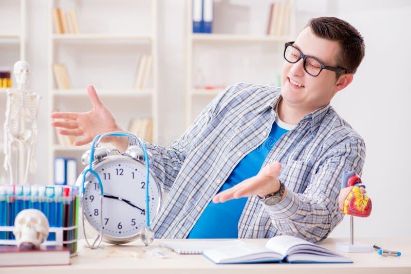 Крайние сроки студент-медика отсутствующие для выполнения назначения стоковые фото