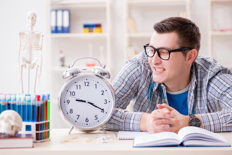 Крайние сроки студент-медика отсутствующие для выполнения назначения стоковое фото