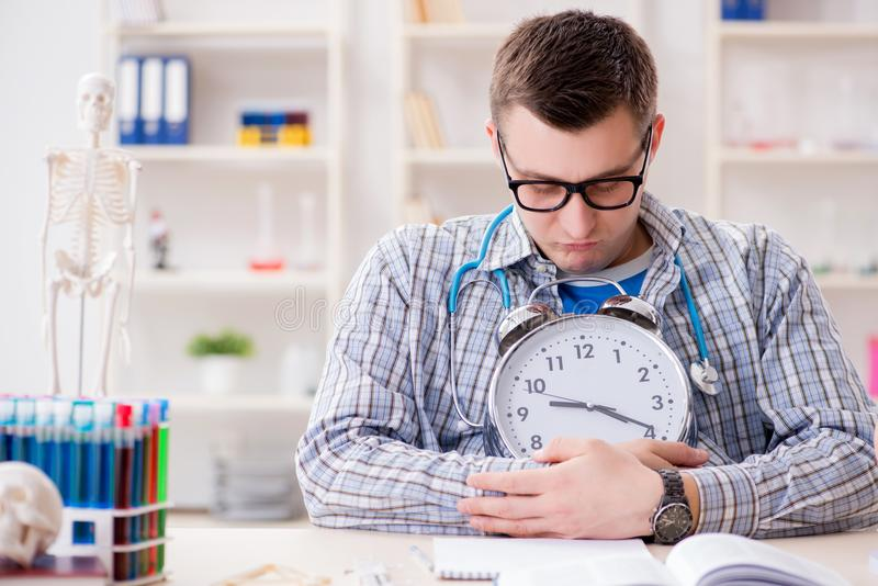 Крайние сроки студент-медика отсутствующие для выполнения назначения стоковое изображение