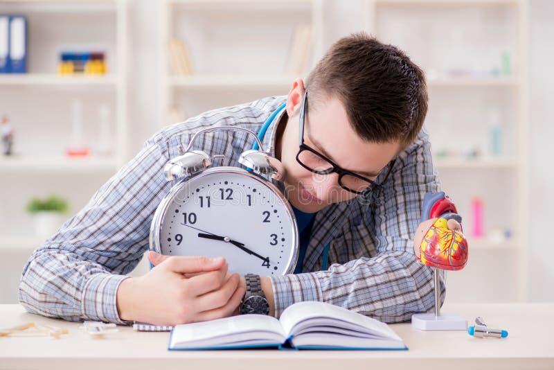 Крайние сроки студент-медика отсутствующие для выполнения назначения стоковая фотография rf