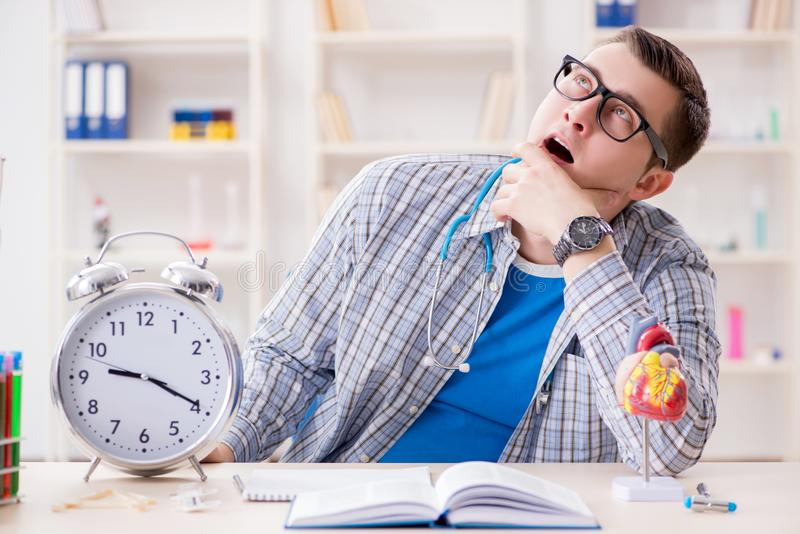 Крайние сроки студент-медика отсутствующие для выполнения назначения стоковое фото rf
