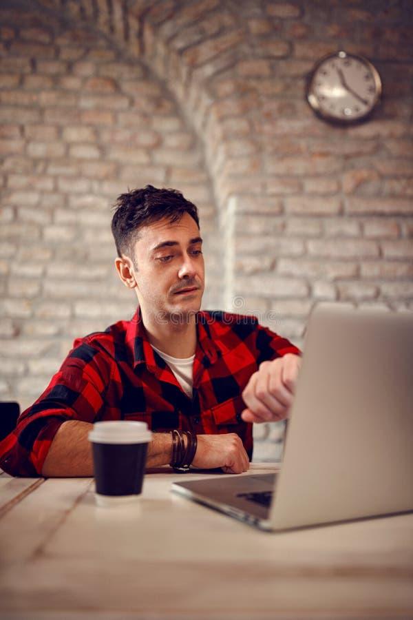 Крайний срок на проектнаяе работа дизайнерский человек смотрит на часах стоковые фото