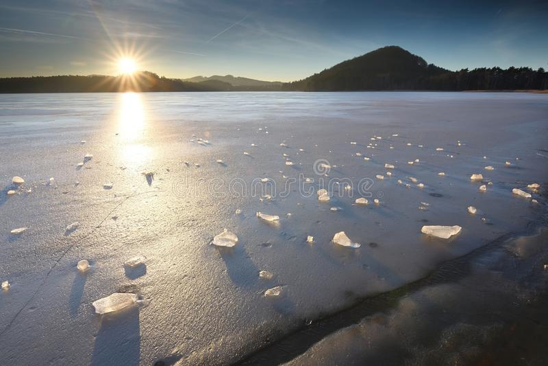 Край воды и льда Лед с гениальным водой покрытой цветом стоковое фото rf