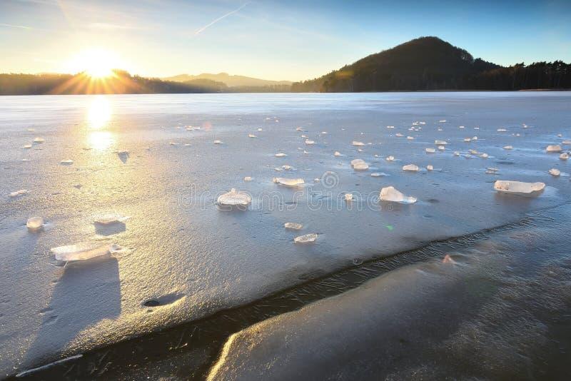 Край воды и льда Лед с гениальным водой покрытой цветом стоковое фото