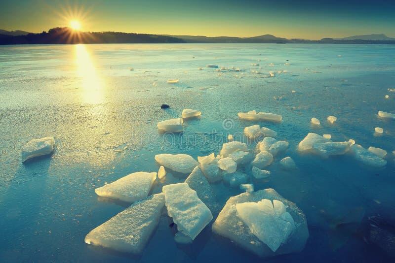 Край воды и льда Лед с гениальным водой покрытой цветом стоковая фотография