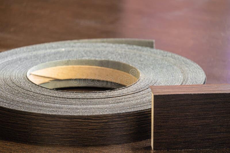 Край меламина крена для заканчивать мебели и прокатанного конца-вверх цвета wenge листов макулатурного картона стоковое изображение rf