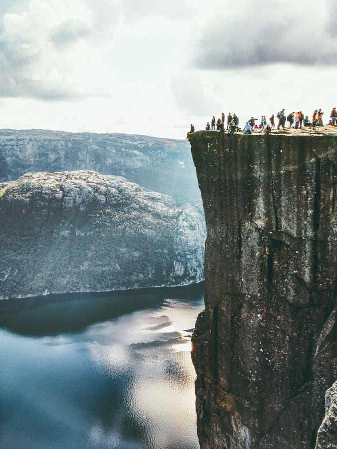 Край скалы утеса амвона Preikestolen в горах Норвегии стоковая фотография rf