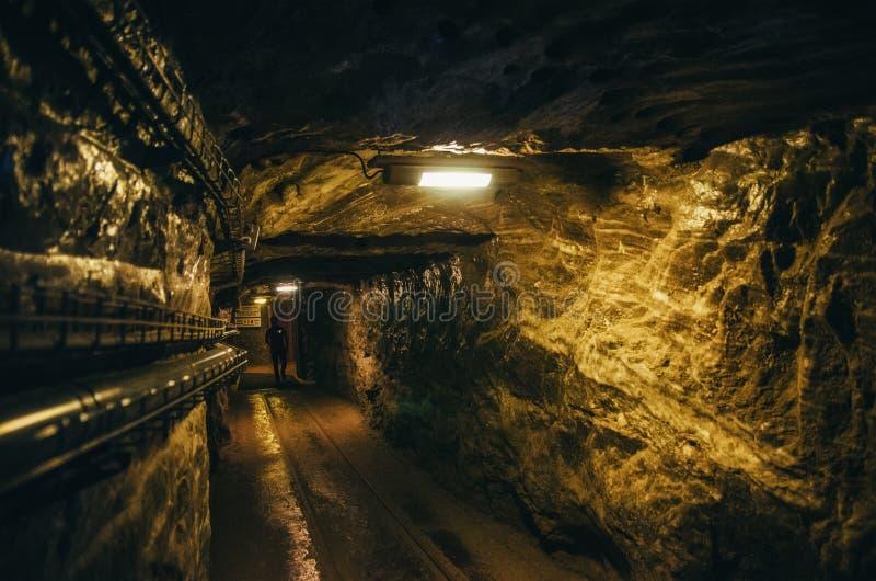 КРАКОВ, ПОЛЬША - 26-ОЕ ИЮНЯ 2015: Подземный коридор в солевом руднике Wieliczka стоковые изображения