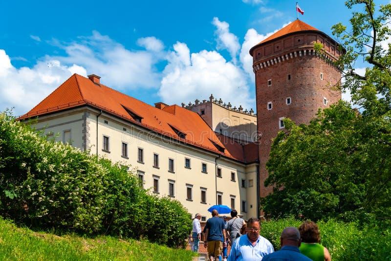 Краков, Польша, 10-ое мая 2019 - взгляд замка Wawel с садами и собором, Краков, Польшей стоковое фото rf