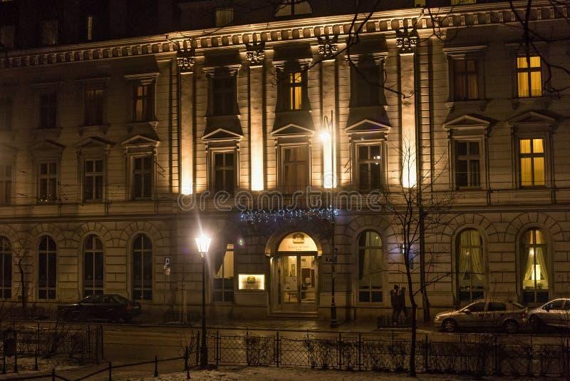 КРАКОВ, ПОЛЬША - 1-ОЕ ЯНВАРЯ 2015: Взгляд ночи Кракова в улице Gertruda Святого стоковая фотография rf