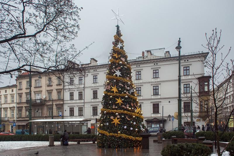 КРАКОВ, ПОЛЬША - 1-ОЕ ЯНВАРЯ 2015: Рождественская елка на всех Святых придает квадратную форму в исторической части города стоковые изображения rf