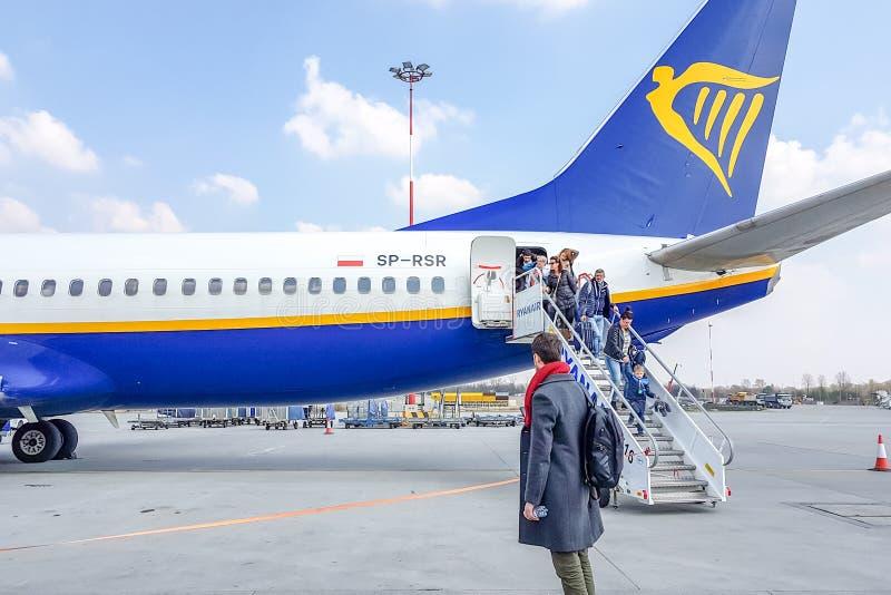 КРАКОВ, ПОЛЬША - пассажиры 10-ОЕ МАРТА 2019 выходят воздушных судн Rainer стоковые изображения rf