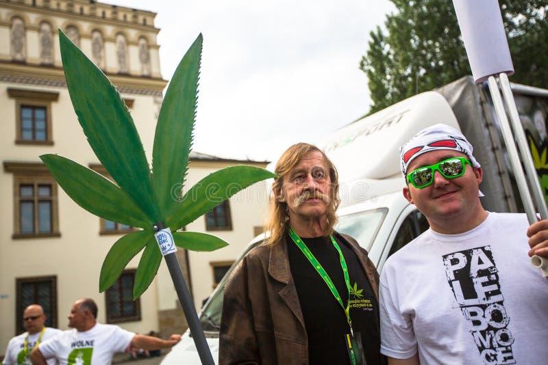 КРАКОВ, ПОЛЬША - участники от марта для высвобождения конопли стоковое изображение