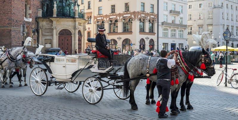 КРАКОВ, POLAND/EUROPE - 19-ОЕ СЕНТЯБРЯ: Экипаж и лошади в Kr стоковые изображения