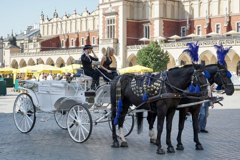КРАКОВ, POLAND/EUROPE - 19-ОЕ СЕНТЯБРЯ: Экипаж и лошади в Kr стоковая фотография rf