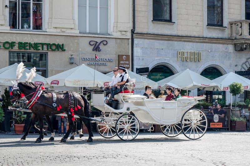 КРАКОВ, POLAND/EUROPE - 19-ОЕ СЕНТЯБРЯ: Экипаж и лошади в Kr стоковые фото