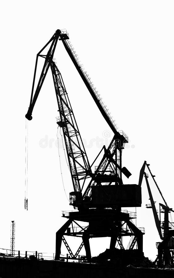 Краны груза корабл-поднимаясь на реке в порте (светотеневое фото) стоковые фото