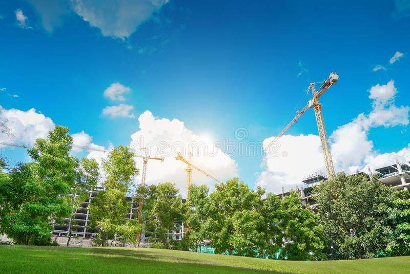 Краны конструкции строят резидента, двора строительной конструкции стоковые изображения rf