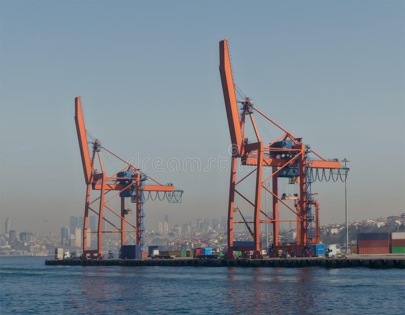Краны на верфи порта Haydarpasha, Стамбула, Турции стоковое изображение rf