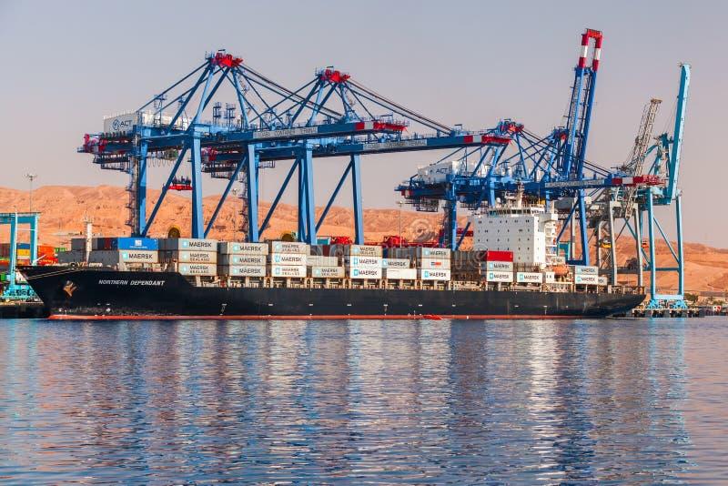 Краны на козлах нагружают контейнеровоз стоковая фотография rf