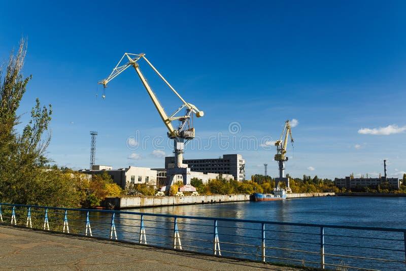 краны около реки в порте, грузовом корабле стоковые изображения rf