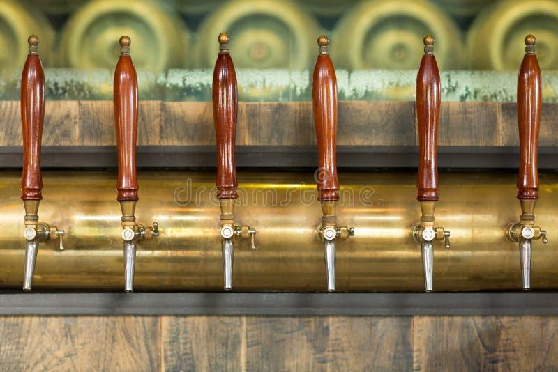 Краны пива внутри паба стоковое изображение rf
