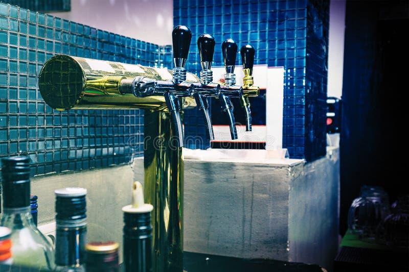 Краны пива в баре пива стоковое изображение rf