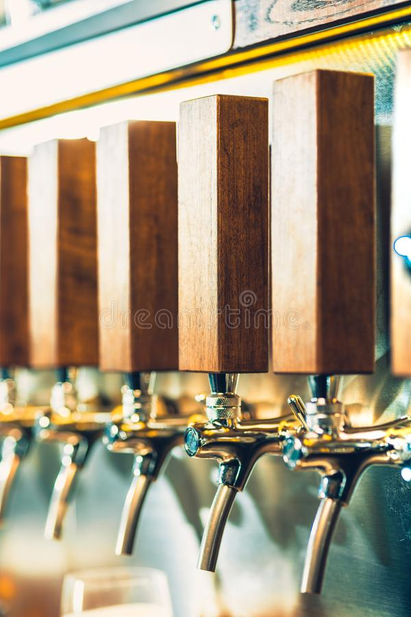 Краны пива в пабе стоковые изображения rf