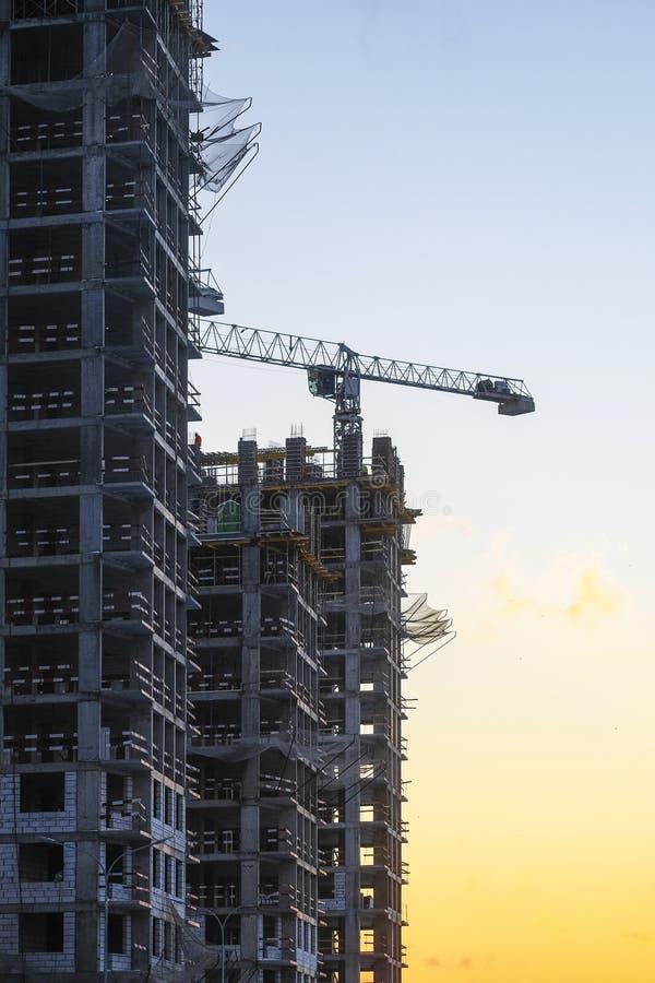 Кран башни строит здание стоковые изображения