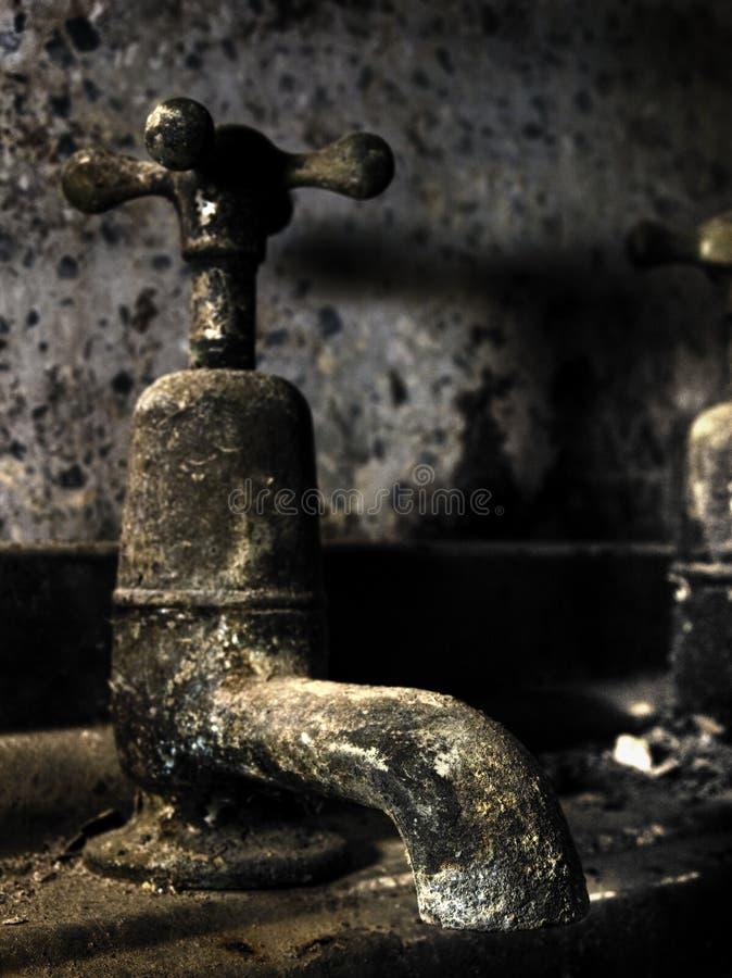 кран ванной комнаты старый стоковое фото