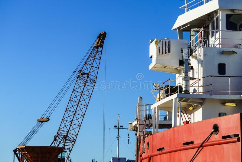 Кран в сосуде дока корабля стоковые фотографии rf