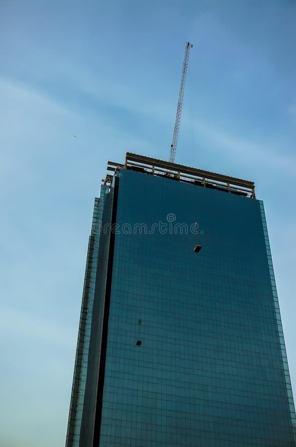 Кран и высокое здание под конструкцией стоковые изображения