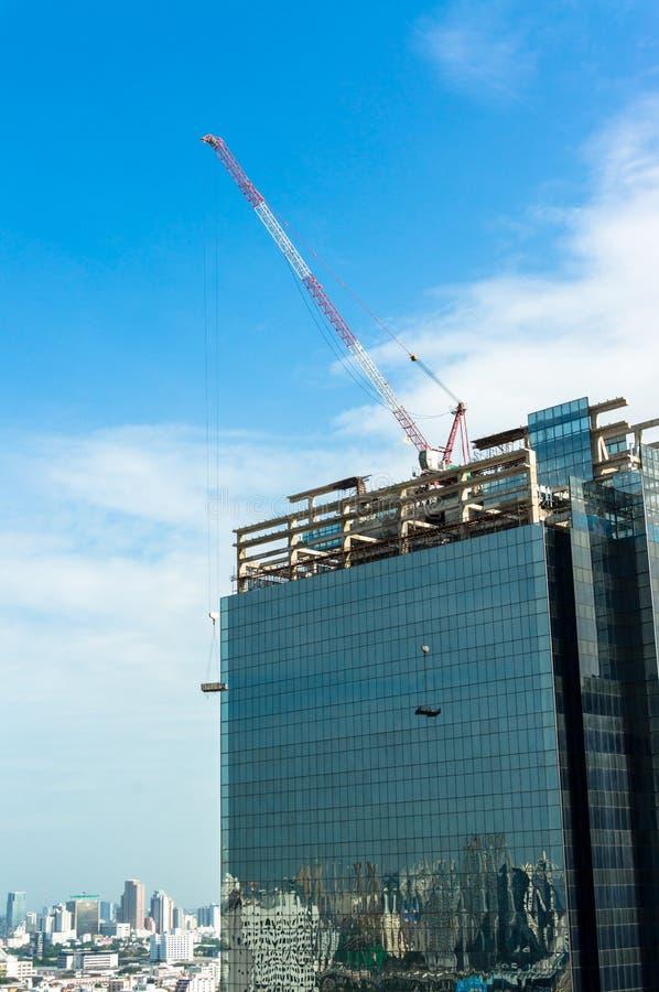 Кран и высокое здание под конструкцией стоковое изображение rf