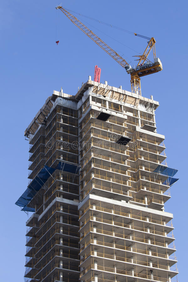 Кран и небоскреб под конструкцией Торонто, Канада стоковое изображение